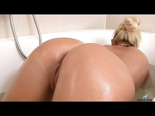 Milf fingers and teases in tub