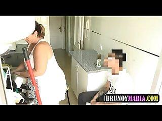 Mami madura se folla al jovencito hijo de sus vecinitos